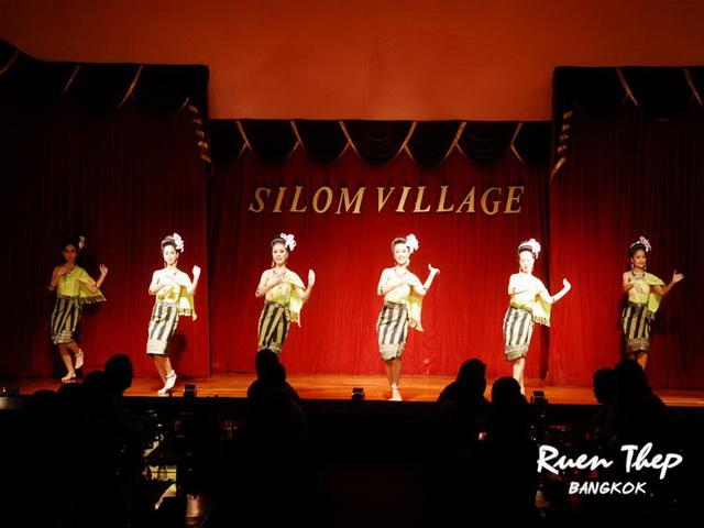シーロムビレッジでタイ舞踊