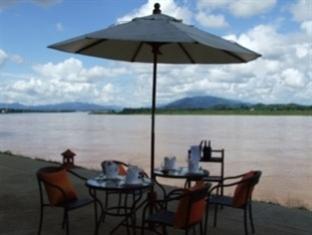 川辺のレストラン